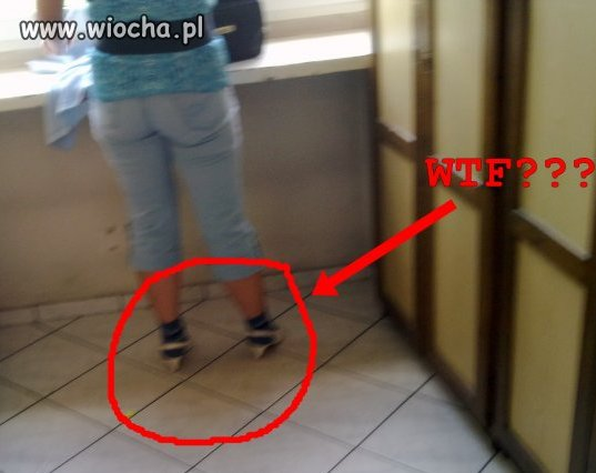 Lans na czarne skarpety i białe sandały na obcasie