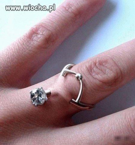 Podskórny pierścionek zaręczynowy