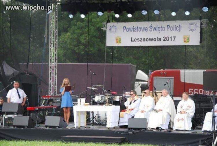 Policjanci w białych galowych mundurach świętują
