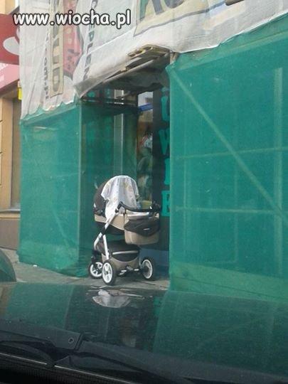 Matka zostawiła swoje dziecko i poszła na zakupy