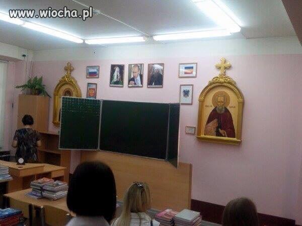 W naszych klasach godło i krzyż