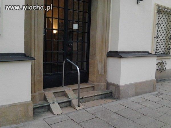 """Podjazd zaprojektowany przez """"inwalidów"""" umysłowch"""