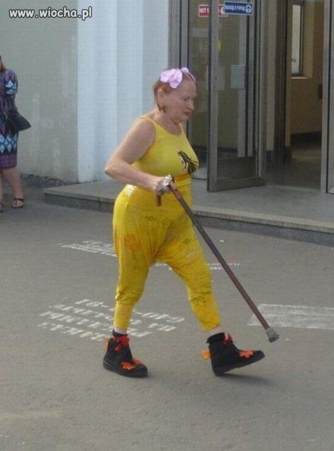 Tak do końca, to chyba nie wie w co się ubrała.