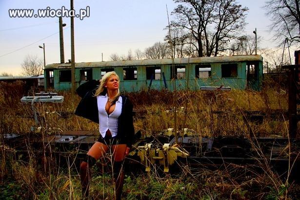 Ona jeszcze nie wie, ze pociąg już nie kursuje..