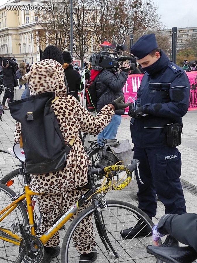 Policja spisuje lamparta na rowerze?