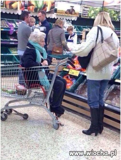 Babcia w koszyku na zakupy