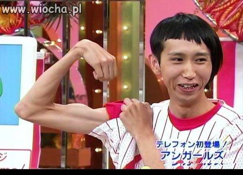 Modna fryzura jest, biceps jest