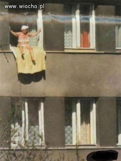 Babcia sie opala w oknie