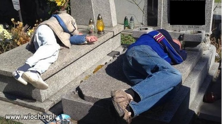 Pijani spali na grobach.