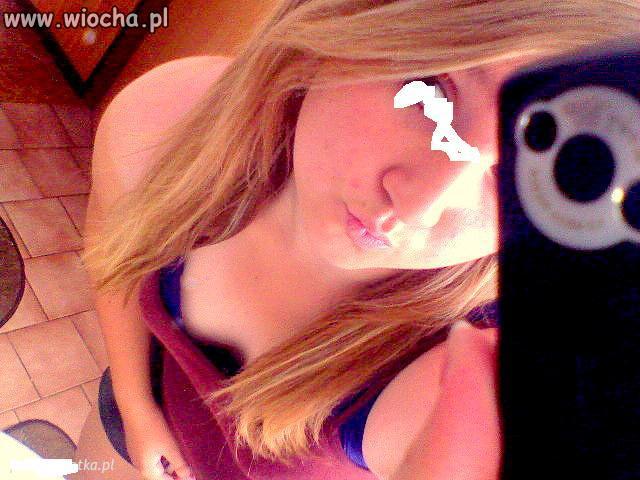 Blond dziunia w lusterku.