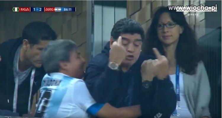 Maradona pokazuje stereo fucka po bramce Rojo