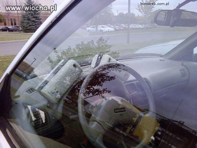 Głośniki od komputera w samochodzie.
