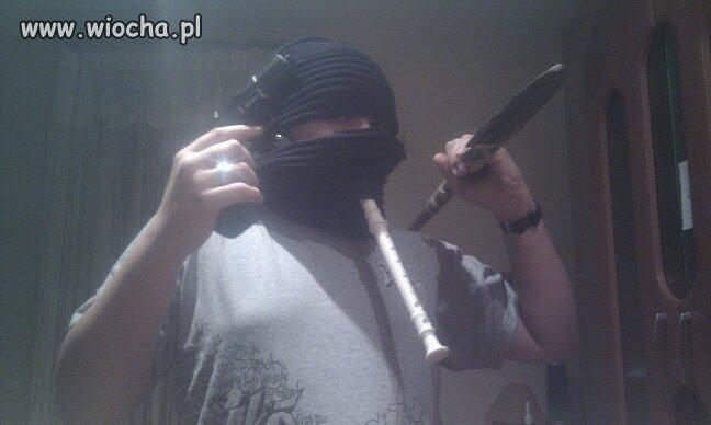 Prawdziwy Gangster pokazuje swe uzbrojenie