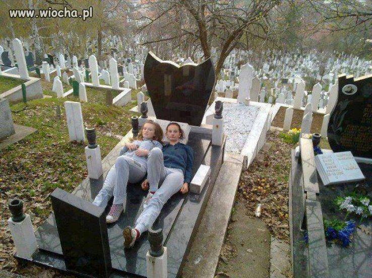 Lansik na cmentarz i groby