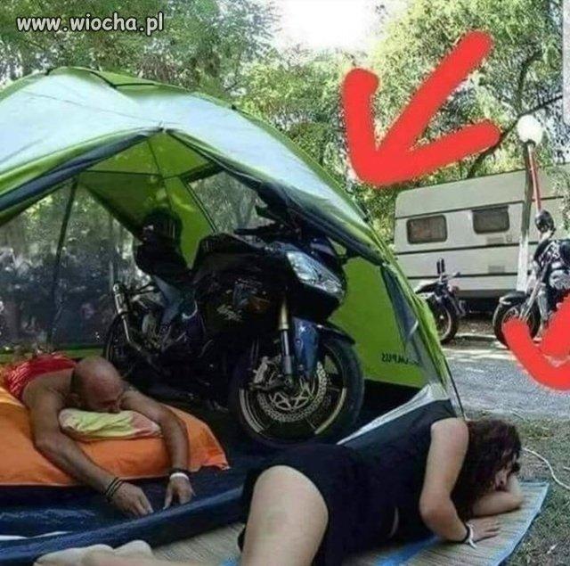 Gdy pojedziesz z motocyklistą pod namiot