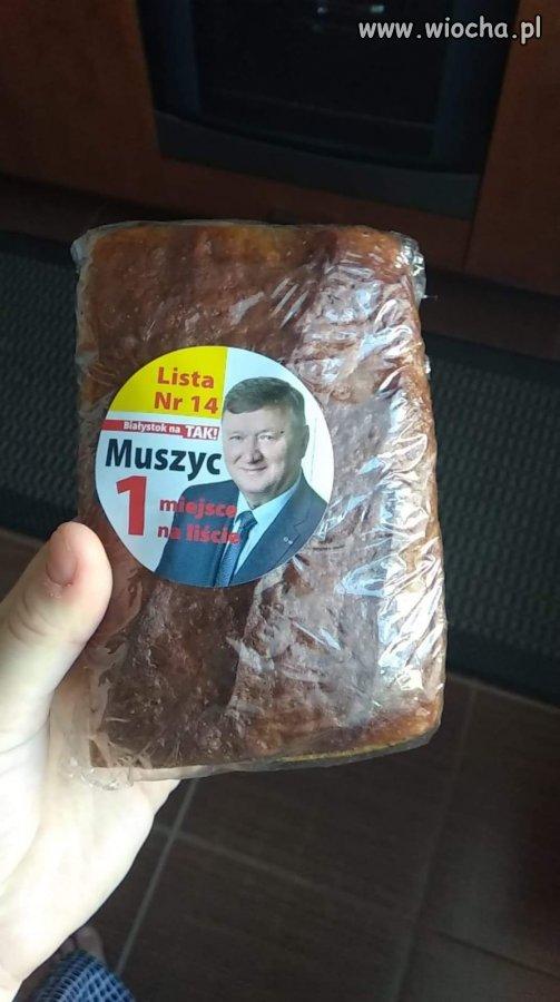 W Białymstoku wrzucają do skrzynek chleb wyborczy