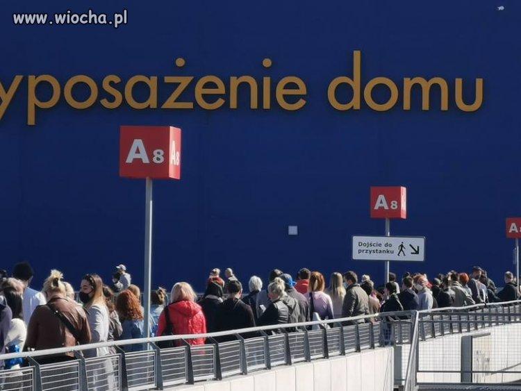 IKEA w Katowicach otwarta. Kolejka do sklepu 4 maja rano