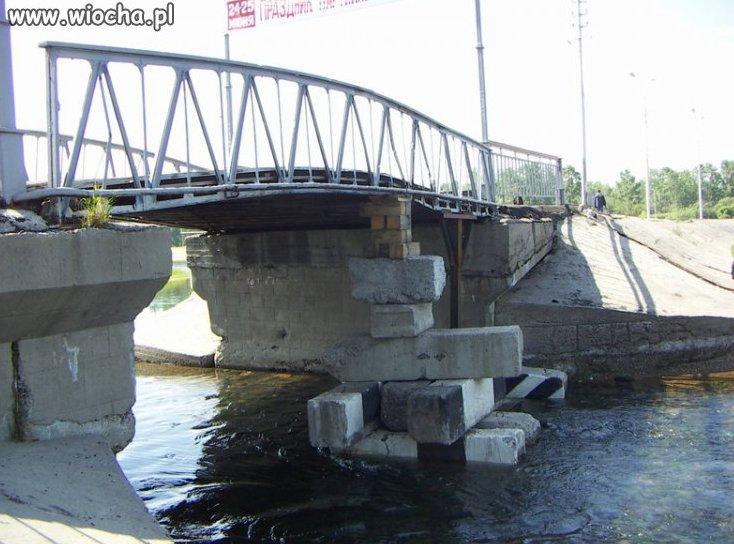 Most się zawala...