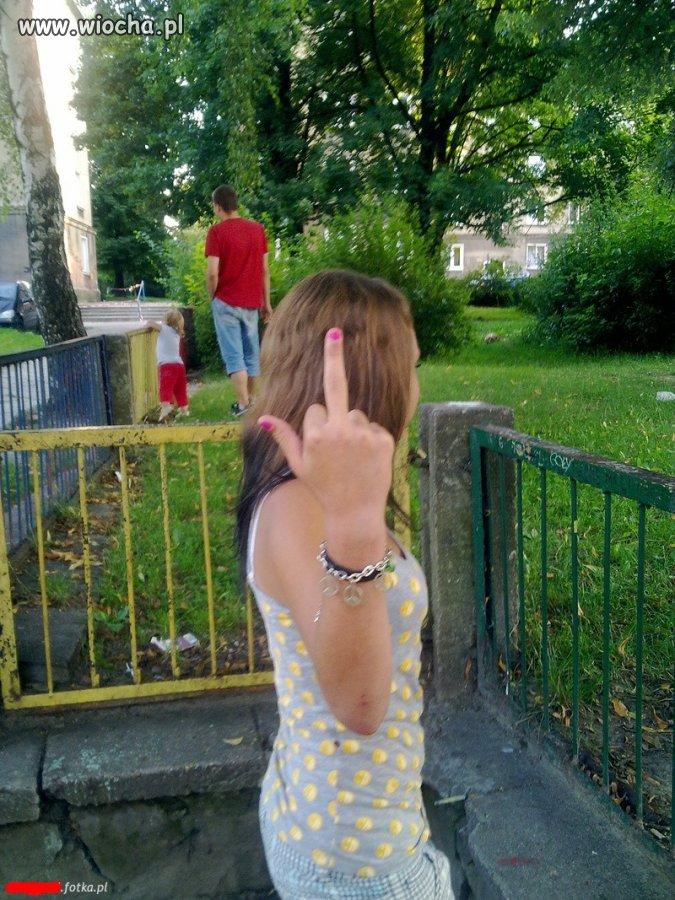 Bransoletka ze znakiem pokoju i ten palec...